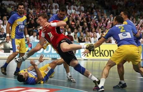 Frank Løke i aksjon mot Romania. (Foto Alf Over Hansen / SCANPIX)