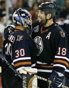 Edmonton Oilers målvakt, Jussi Markkanen, gratulereres av Ethan Moreau etter å ha holdt nullen. (Foto: AP/Scanpix)