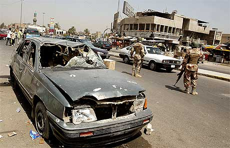 MANGE DØDE: Den nye sikkerhetsplanen har ført til et stort oppbud av irakiske og amerikanske solater i gatene - uten at det har hjulpet stort i dag. Foto: AFP/Scanpix.
