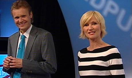 Programlederne Erik Wold og Nina Owing bruker innspill fra publikum i sendingene. (Foto: NRK)