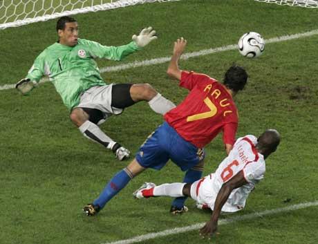 Raul header inn 1-1. (Foto: Reuters/Scanpix)