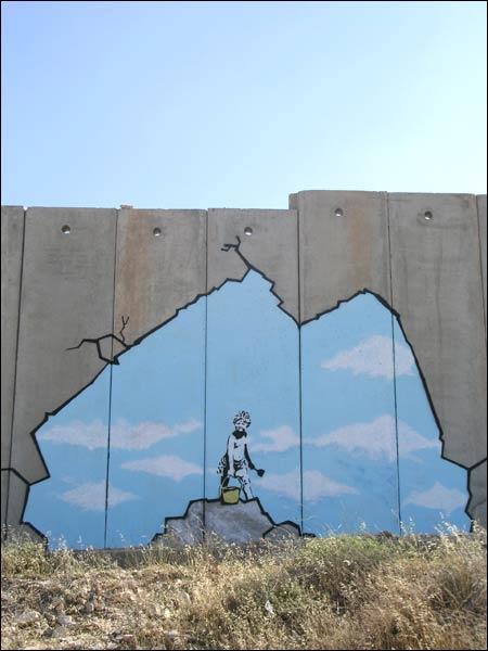 """Israels mur på Vestbredden, """"tægget"""" av Banksy. (Malt på selve muren, fotografiet er ikke manipulert)"""