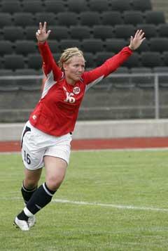 Ragnhild Gulbrandsen feirer sin andre scoring. (Foto: (Jarl Fr. Erichsen / SCANPIX)