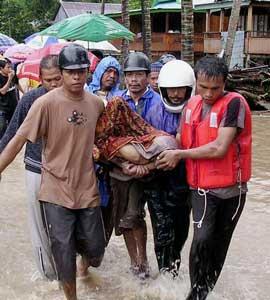Innbyggerne i Sinjai-distriktet i Indonesia bærer vekk en av de omkomne. Foto: Reuters/Scanpix