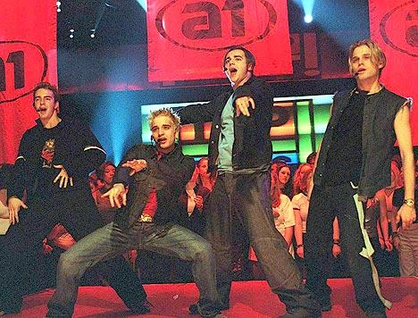 Boybandet A1, med norske Christian Ingebrigtsen (t.h.) under en av sine opptredner på Top of the pops. Foto: BBC.
