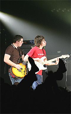 Arctic Monkeys vokalist Alex Turner og bassisten Andy Nicholson fra lykkeligere dager. Nå har Nicholson sluttet i bandet. Foto: AP Photo / Scanpix.