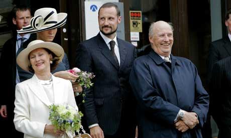 Mange mener at Kong Harald bør få større makt. Her fra kongefamiliens kroningsferd. (Foto: SCANPIX)