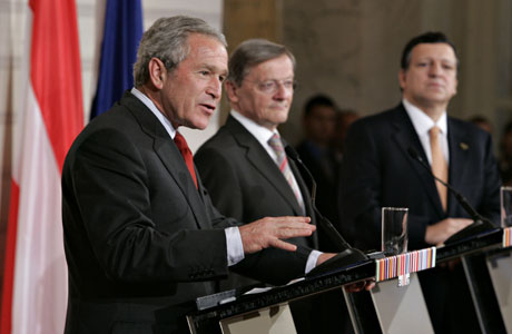 Bush (t.v.), Wolfgang Schüssel (i midten) og José Manuel Barroso på en felles pressekonferanse (Scanpix/AP)