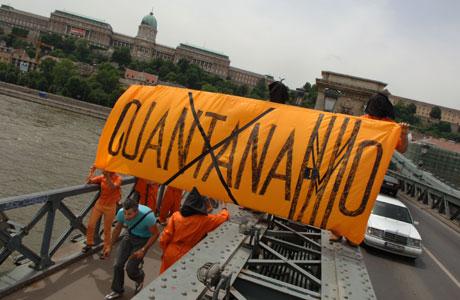 Demonstranter kledt som Guantanamo-fanger møtte Bush (Scanpix/AP)