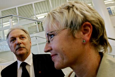Nvarsete (Sp) og hennes kolleger skal drøfte den luftfartspolitiske rollen til SAS, men ikke eierskapet, som er næringsminister Odd Eriksens (t.v.) bord. (Foto: Stian Lysberg Solum / SCANPIX )