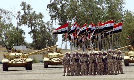 Irakiske soldater paraderer i militærbasen Taji. Nå er et stort antall irakere som arbeider for industridepartementet i byen Taji kidnappet (Scanpix/AFP)