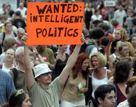 Demonstrant i Wien protesterer mot Bush (Scanpix/AP)