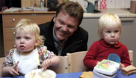 Øystein Djupedal går nå bort fra løftet om billigere barnehageplasser neste år. Bildet er fra Trollskogen barnehage i Ski i Akershus i november i fjor, hvor han bl.a. traff Willa og Elise. (Arkivfoto: Cornelius Poppe/ Scanpix)