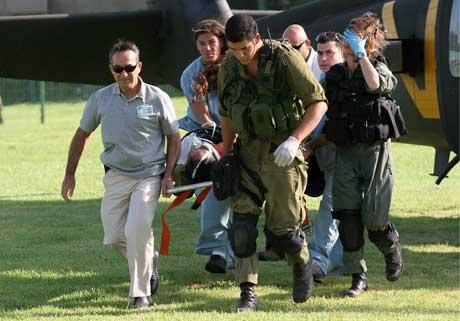 En såret israelsk soldat blir fraktet til sykehus sør i Israel etter at et palestinsk rakettangrep mot en israelsk militærpost på grensen til Gazastripen drepte og såret flere soldater. (Foto: Scanpix/Reuters)