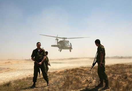 Israelske soldater lander nær Kibbutz Kerem Shalom. (Foto: Scanpix/Reuters)