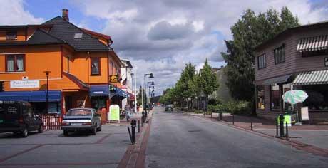Nesten 100 steder i Norge har fått bystatus de siste åra. Er det for mange? Her fra Stasjonsgata i Hokksund, byens hovedgate. (Foto: SCANPIX)