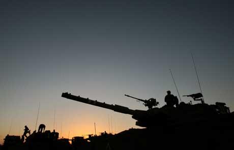 Israelske stridsvogner har tatt oppstilling ved grensen til Gaza. Foto: Scanpix/Reuters.