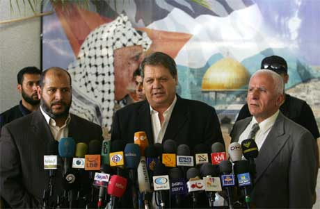 Fatah-ledere Rawhi Fattouh (i midten) og Azaam al-Ahmed (t.h.) med Hamas-leder Khalil al-Haya (t.v.) orienterte om fellesmanifestet i Gaza i ettermiddag. (Foto: Mohammed Abed/ AFP/ Scanpix)
