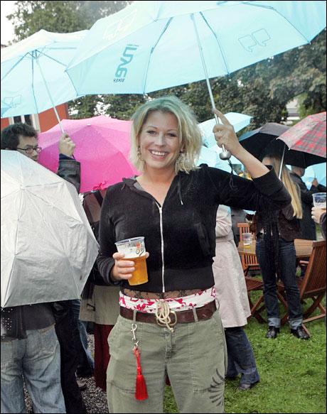 - Så lenge jeg har paraply kan jeg vel kjøre hjem selv om det har vært en fuktig aften? (Leif Olav Jøsang) Foto: Scanpix