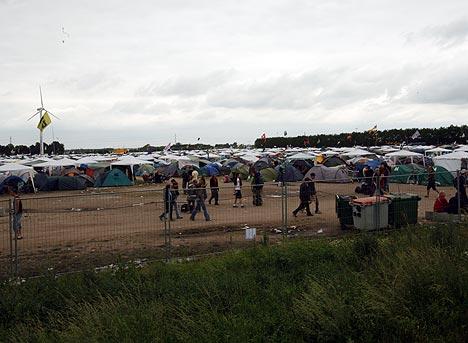 13.000 nordmenn har funnet veien til årets Roskilde-festival. Her er en liten del av det enorme campingområdet rundt festivalen. Foto: Jørn Gjersøe, NRK.