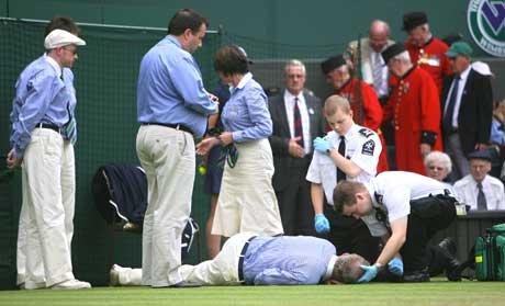 Linjemannen tar telling under Rafael Nadals kamp mot Robert Kendrick. (Foto: AFP/ SCANPIX)