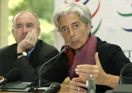 Optimismen er ikke på topp,konstaterer handelsminister Christine Lagarde. I bakgrunnen sitter den franske landbruksministeren Dominique De Bussereau. (Foto: Martial Trezzini/AP/Scanpix)