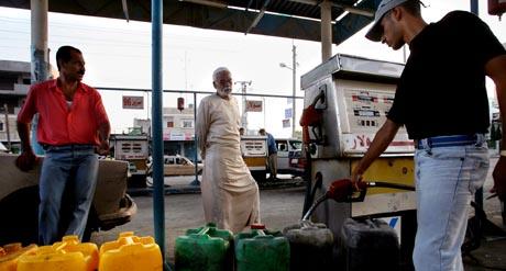 Israel har stanset all bensineksport til Gazastripen, og palestinerne hamstrer. (Foto: T.Coex, AFP)