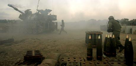 Israelske soldater skjøt med artilleri mot mål i Gazastripen fredag. (Foto: B.Ratner, AP)