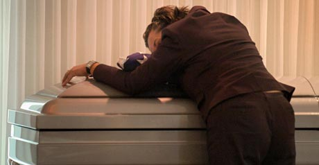 Sorg i USA: Moren til en 20 år gammel soldat drept i Irak sørger over sin sønn under begravelsen fredag. (Foto: B.Ratner, AP)