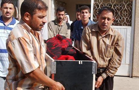 Sorg i Irak: Pårørende bærer kisten til en 59 år gammel mann som ble drept av en bombe fredag. (Foto: Y. Ahmed, AP)