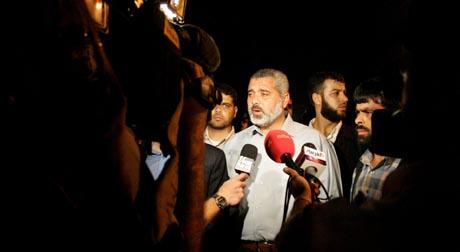 Palestinernes statsminister Ismail Haniyeh inspiserte skadene etter Israelske raketter i natt. (Foto: M.Salem, Reuters)