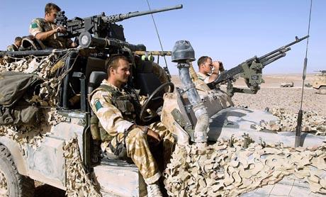 Britiske soldater på patrulje i Helmand-provinsen, væpnet til tennene. (Foto: British Army)