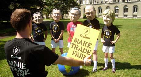 Demonstranter ved WTO-hovedkvarteret i Geneve vil presse statslederne Bush og USA, Blair og Storbritannia, Merkel og Tyskland, Chirac og Frankrike og Zapatero og Spania til mer rettferdig handel. (Foto: J.P.Clatot, AFP)