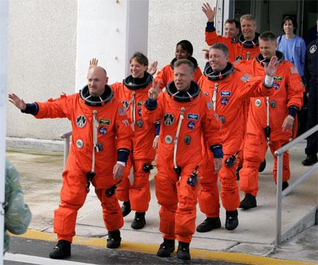 Mannskapet på vei inn i romferga i dag. (Foto: REUTERS/Joe Skipper)