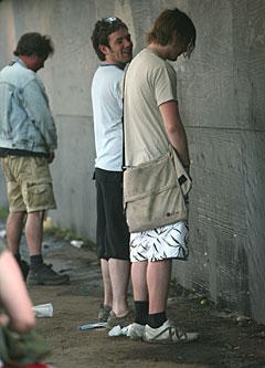 Gutta urinerer på Roskilde Festival. Foto: Arne Kristian Gansmo, NRK.