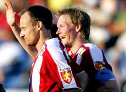 Sigurd Rushfeldt (tv) og Ole Martin Årst feirer Tromsøs utligning under eliteseriekampen mot Start i Kristiansand mandag. Foto: Håkon Mosvold Larsen / SCANPIX