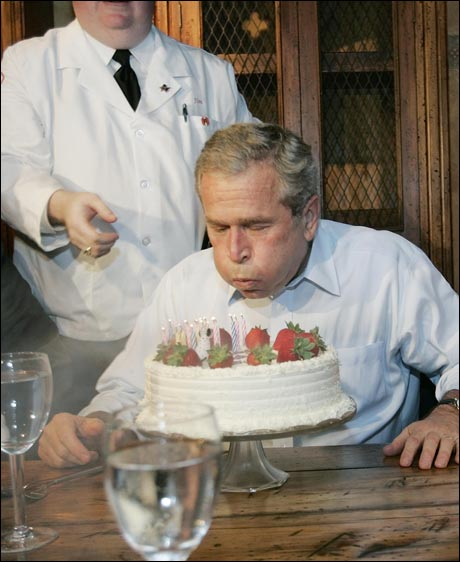 Selv med et symbolsk antall lys på kaken kreves det betydelig konsentrasjon... (foto: Scanpix / AFP)
