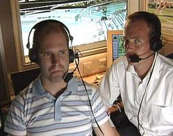 Kommentator Christian Nilssen og NRKs tennisekspert, Jan Frode Andersen i kommentatorboksen i Wimbledon. (Foto: NRK)