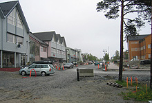 Gata i Kolvereid er bare noen hundre meter. Anleggsaktiviteten er i full gang. Foto: Tron Soot-Ryen, NRK