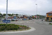Rundkjøring og bensinstasjon, og noen butikker rundt omkring. Det er Leknes sentrum. Foto: Tron Soot-Ryen, NRK