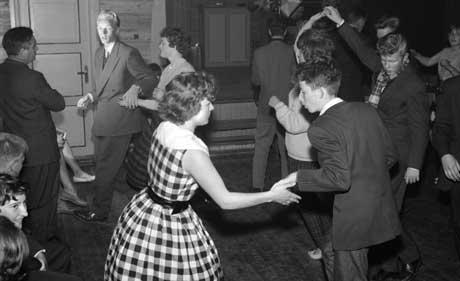 Swing på lokalet i Røros-traktene, 1960. (Foto: SCANPIX)