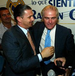 Pedja Mijatovic (venstre) og klubbpresident Ramon Calderon. (Foto: AFP/ SCANPIX)