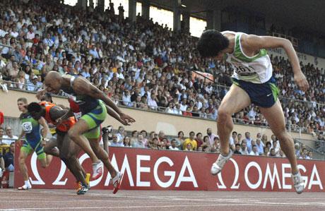 Liu Xiang spurter inn til verdensrekord, 12.88. Dominique Arnold fra USA til venstre slo også den gamle rekorden med tiden 12.90. (Foto: REUTERS/ SCANPIX)
