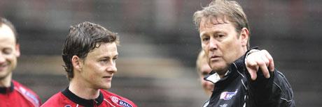 Ole Gunnar Solskjær og Åge Hareide sammen på landslaget i 2004. (Foto: Poppe/ SCANPIX)
