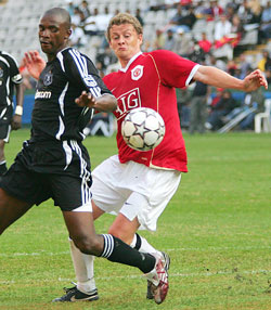 Ole Gunnar Solskjær i farta for Man Utd i Durban. (Foto: AFP/ SCANPIX)