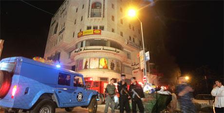 Palestinske politifolk sikrer et område rundt Al Jazeeras kontorer i Ramallah, etter at to av de ansattes biler ble satt fyr på. (Foto: AP/Scanpix)