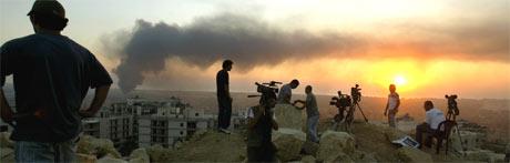 Kamerafolk filmer etter et israelsk luftangrep mot Beirut 24. juli. (Foto: AFP/Scanpix)