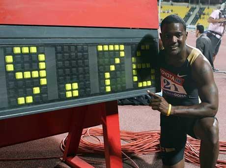Justin Gatlin viser frem rekorden han satte i Doha. (Foto: AP/Scanpix)