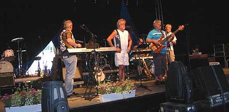 Ole Ivars sjekker lyd før konserten i Sel. (Foto: Sjur Sætre, NRK)