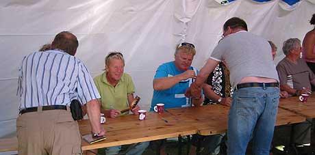 Publikum ønsker seg Ole Ivars' signatur overalt på kroppen. (Foto: Sjur Sætre, NRK)